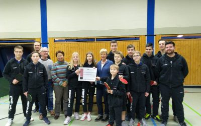 TV 08 Lohmars Tischtennis-Jugend präsentiert sich mit neuen Trainingsanzügen, dank großzügiger Spende der Bürgerstiftung Lohmar